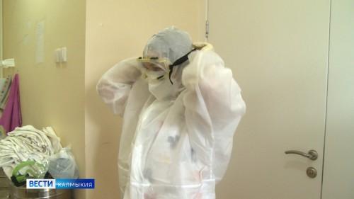 Две с половиной тысячи противочумных костюмов поступили в медицинские организации республики