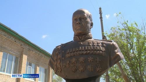 Во дворе школы имени Жукова установлен памятник
