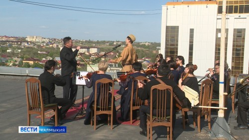 В Элисте состоялся праздничный концерт на крыше городской администрации