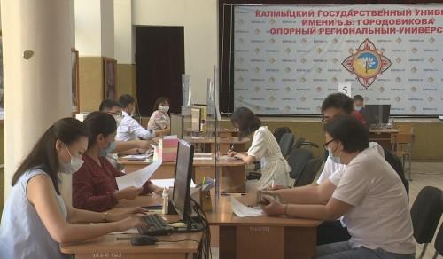 Абитуриенты готовятся к вступительным экзаменам в ВУЗы