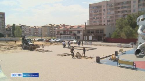 Строительные работы продолжаются в парке Победы в седьмом микрорайоне Элисты