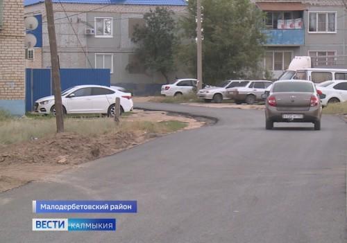 В Малых Дербетах завершаются работы по ремонту внутрипоселковых дорог