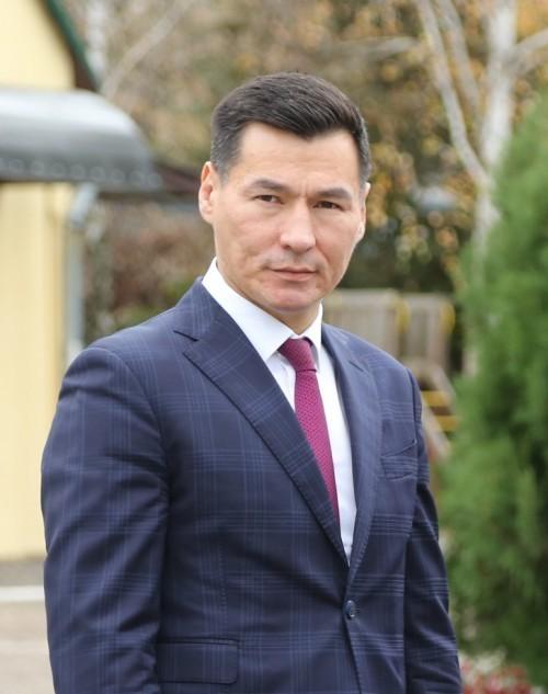 Бату Хасиков поздравил жителей республики с Днём Государственного флага