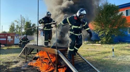 Спасатели Калмыкии сдали зачеты по огневой подготовке