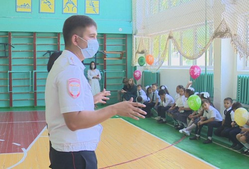 В первый день учебного года к первоклассникам Элистинской классической гимназии пришли в гости сотрудники ГИБДД