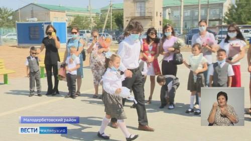 В Малых Дербетах открылась школа имени известного педагога Кермен Убушиевой