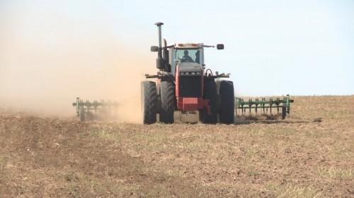 На полях Калмыкии ведется подготовка к осеннему севу