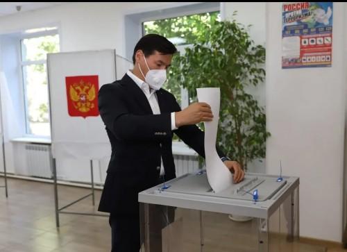 Бату Хасиков принял участие в голосовании на выборах депутатов в Государственную Думу