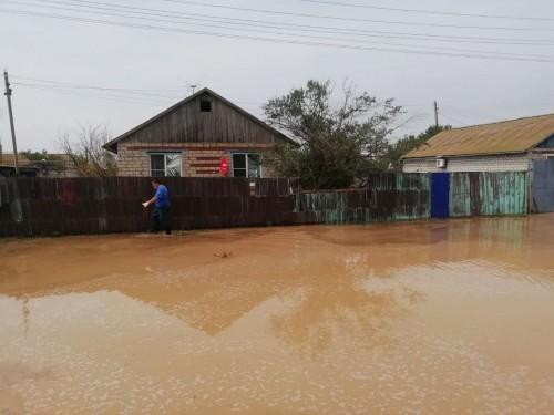 Жители двух районов – Яшкульского и Черноземельского устраняют последствия обильных осадков и сильного ветра
