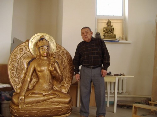 Автору главных скульптур Центрального хурула Калмыкии Владимиру Васькину сегодня исполняется 80 лет
