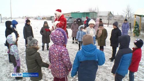 Малыши из семей, оказавшихся в трудной жизненной ситуации, получили первые подарки