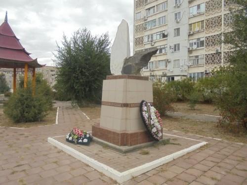 Сегодня в Элисте у памятника Погибшим чернобыльцам провели митинг по случаю скорбной даты