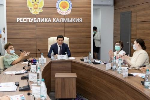Глава Калмыкии Бату Хасиков ввел новые меры поддержки для педагогов республики