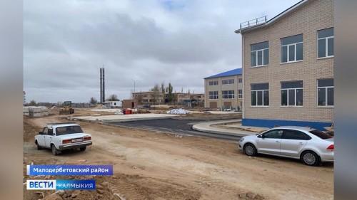 На территории новой школы села Малые Дербеты полным ходом идут строительные работы