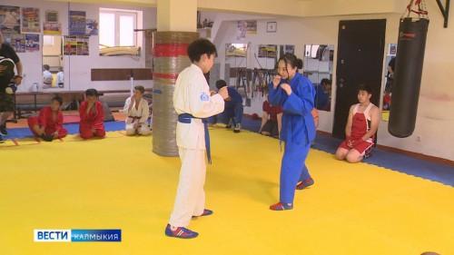 Молодой вид спорта – Универсальный бой –  завоевывает все больше поклонников в степной республике