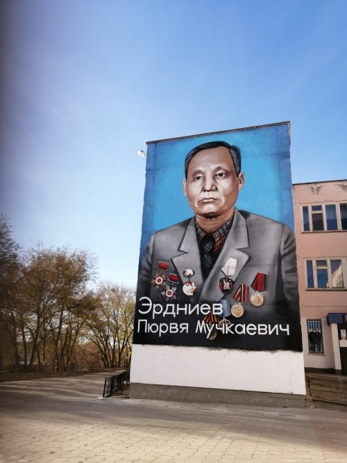 На стене Столичной школы №23 появился портрет академика Пюрви Эрдниева