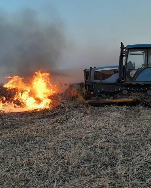 В Лагани идет борьба с огнем