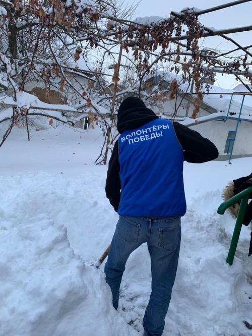 Волонтёры помогают пожилым людям и ветеранам войны с очисткой снега на придомовых территориях