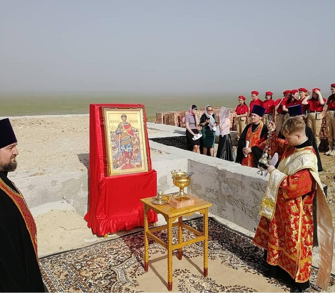 В эти минуты идёт Чин освящения и закладка капсулы в основание строящейся часовни Святого Александра Невского