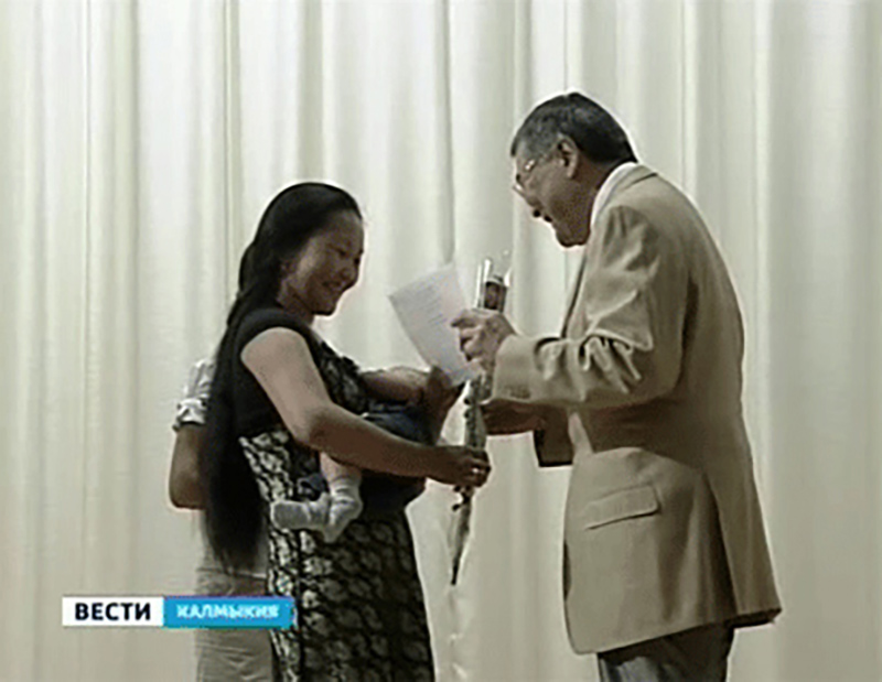 В Элисте вручены первые сертификаты на региональный маткапитал