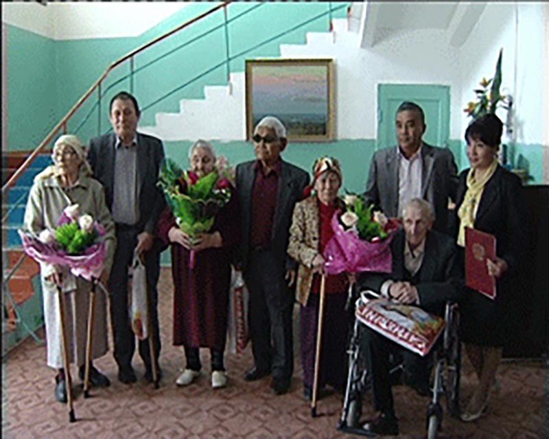 В Элистинском доме для престарелых сыграли свадьбу для 3 пожилых пар