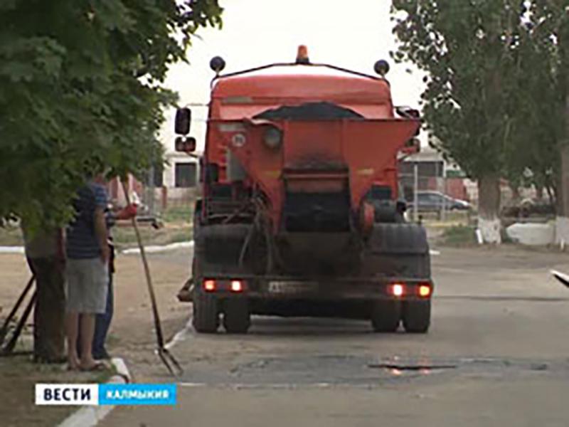 В Элисте производится ямочный ремонт дорог