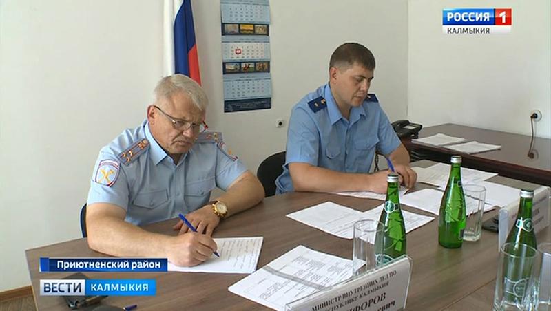 Прокурор республики и министр внутренних дел провели прием граждан в Приютненском районе