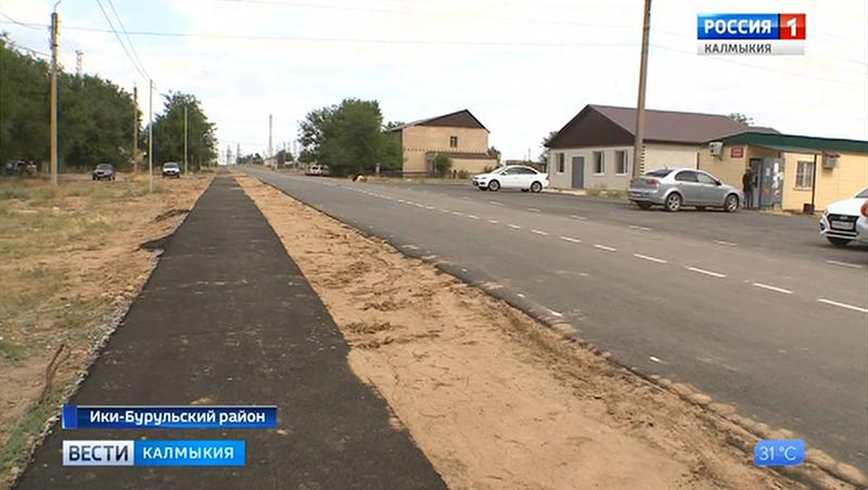 В районах Калмыкии продолжается ремонт дорог