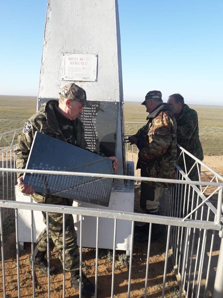 Поисковики Калмыкии установили три мемориальные плиты на территории Яшкульского района