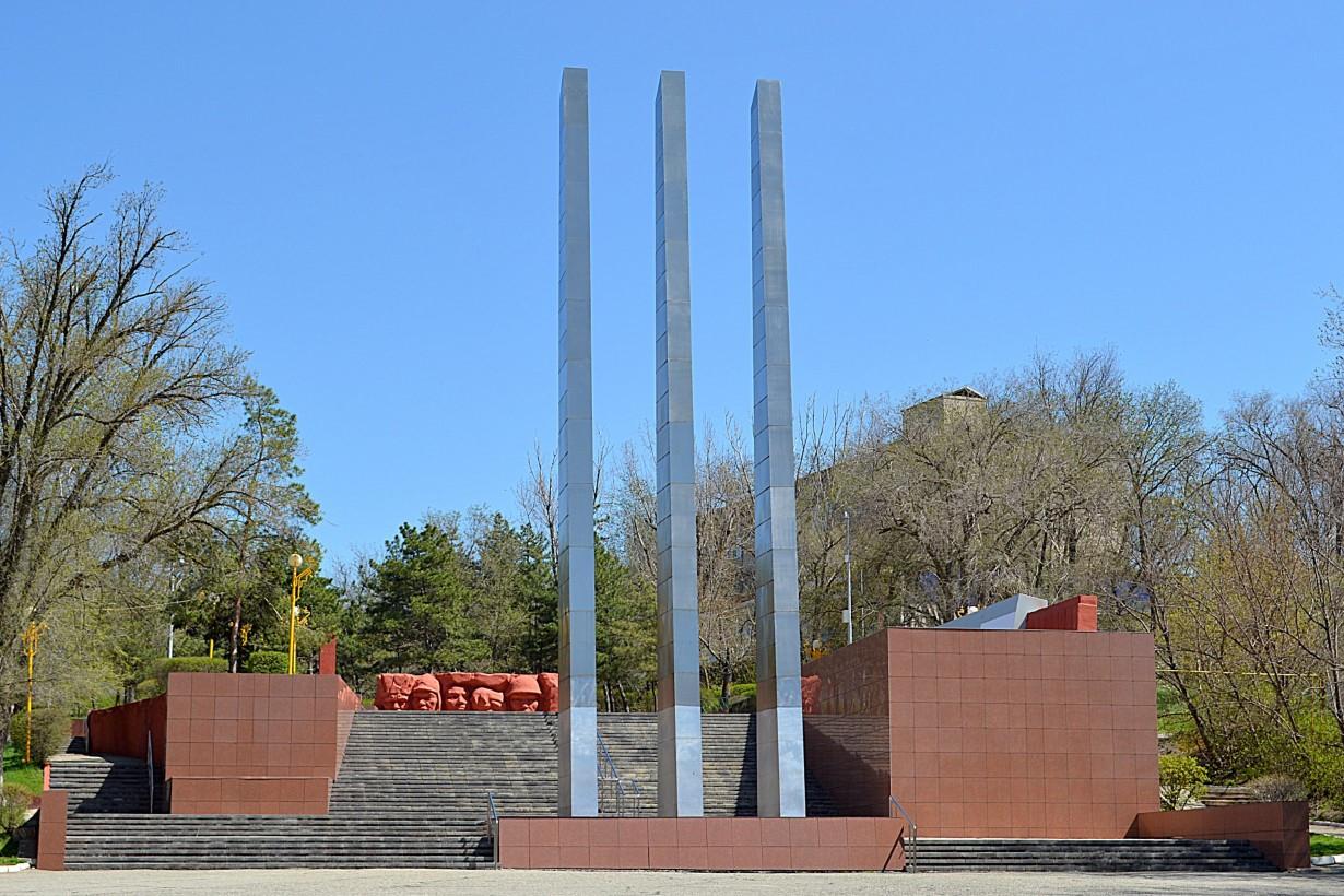 В Элисте проводится реставрация мемориального комплекса «Вечный огонь»
