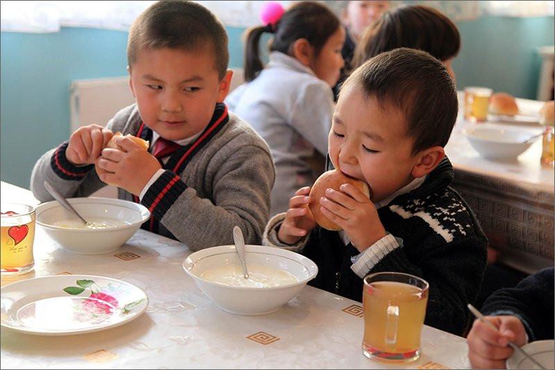 Школьников младших классов обеспечат бесплатным питанием