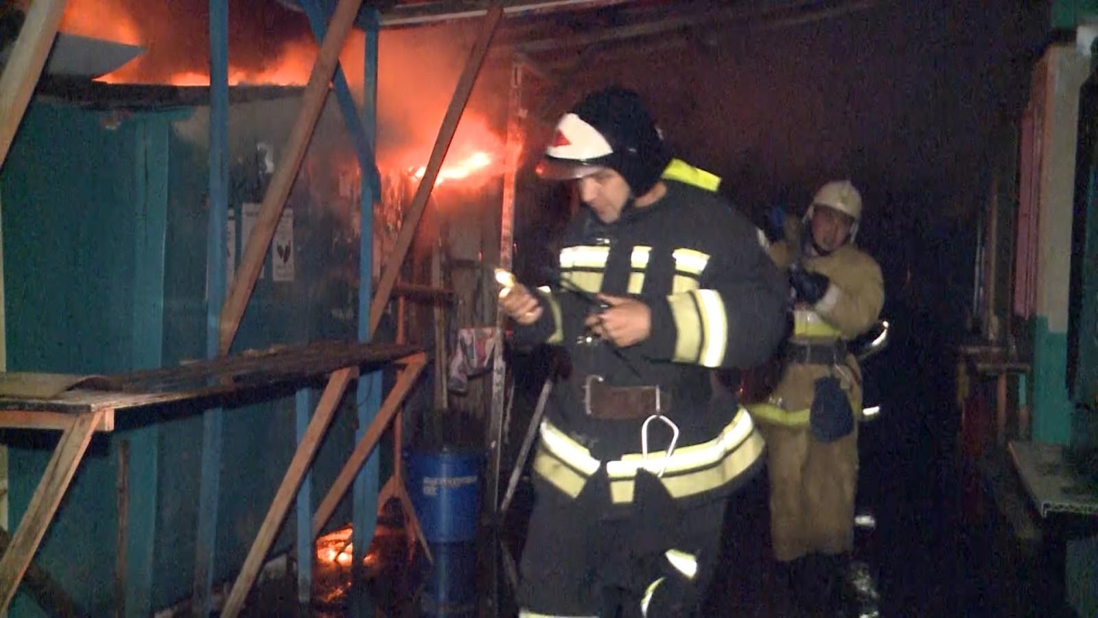 В ночном пожаре в центре Элисты пострадал человек