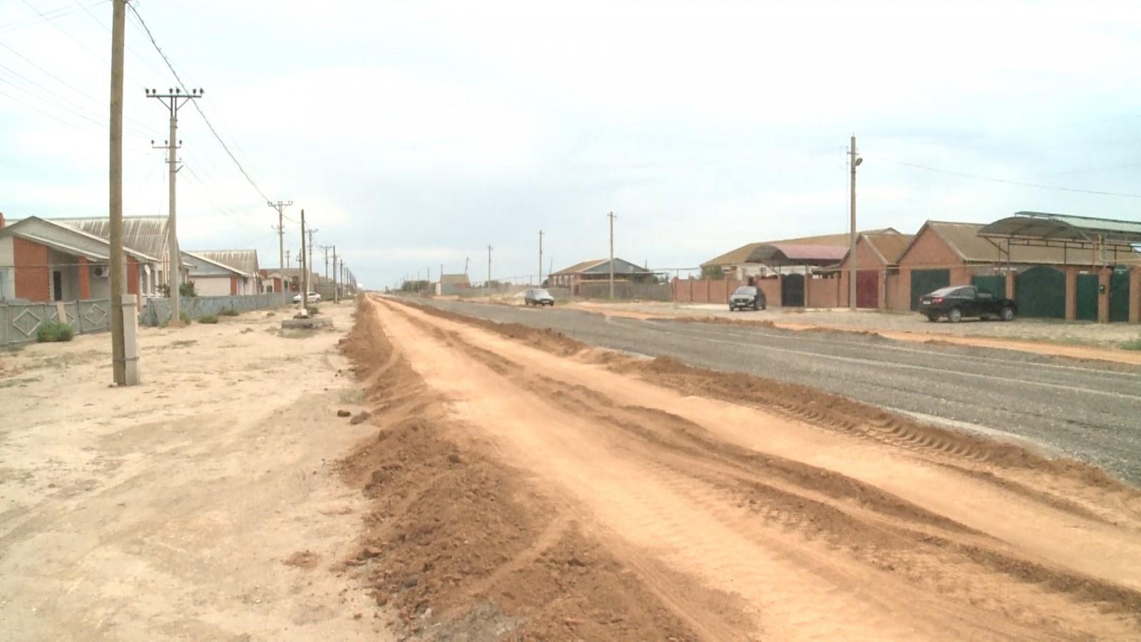 В Лагани продолжается строительство двух дорог