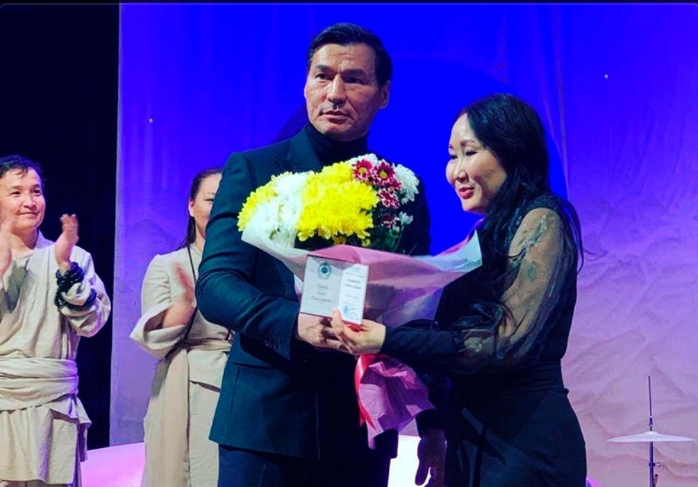 Звание Заслуженного деятеля искусств Калмыкии получила художник-постановщик Нацтеатра Елена Варова