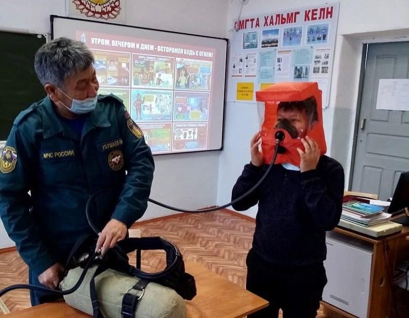 Пожарная безопасность зимой.  Сотрудники регионального МЧС проводят лекции для школьников