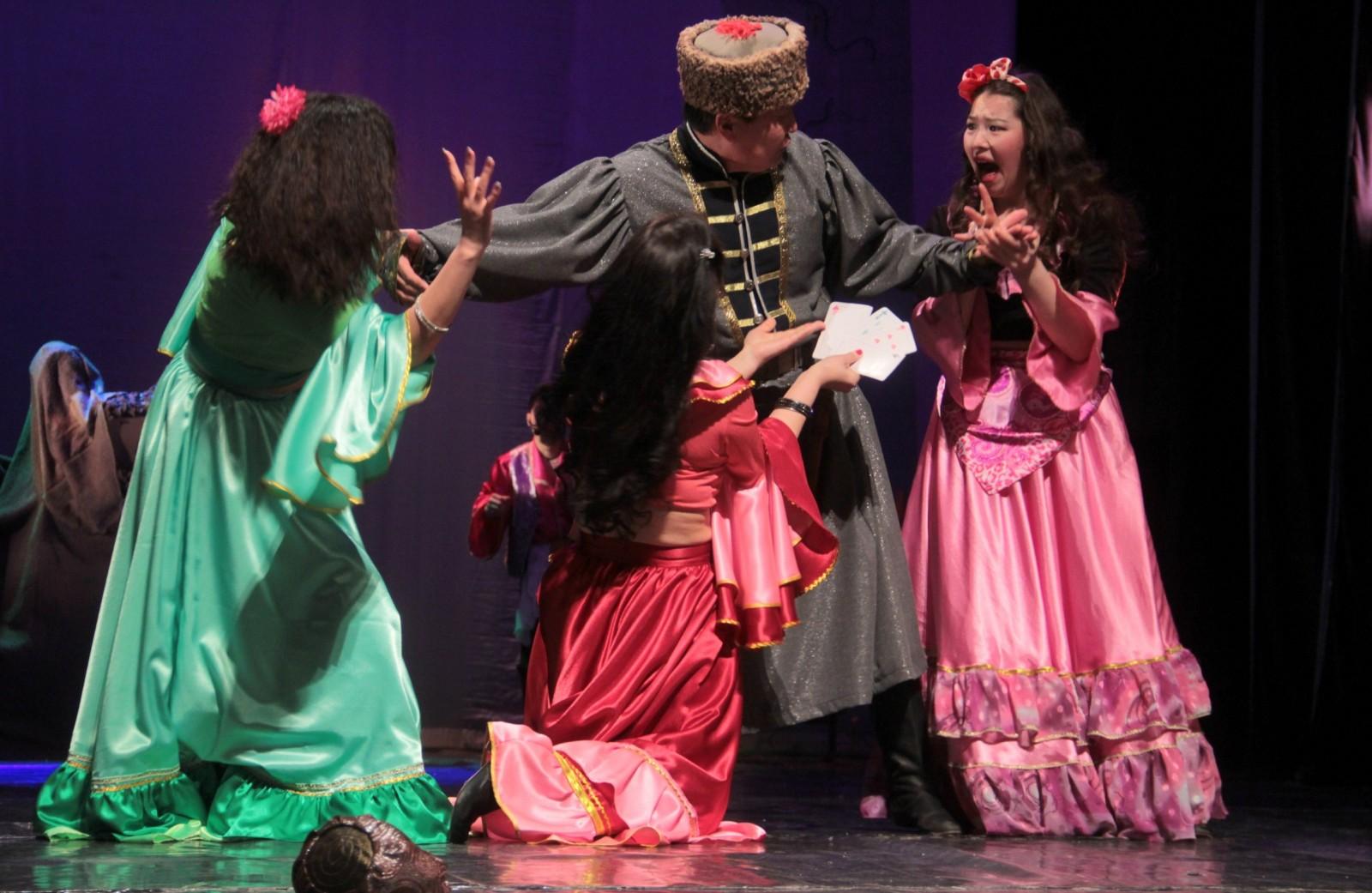 На сцене Национального театра Калмыкии «Шууган хальмг хотнд»