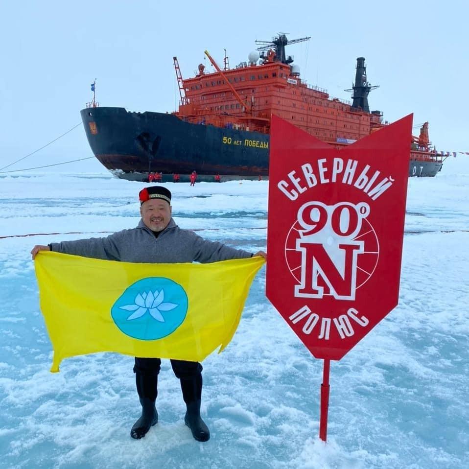 Флаг Калмыкии впервые побывал на Северном полюсе