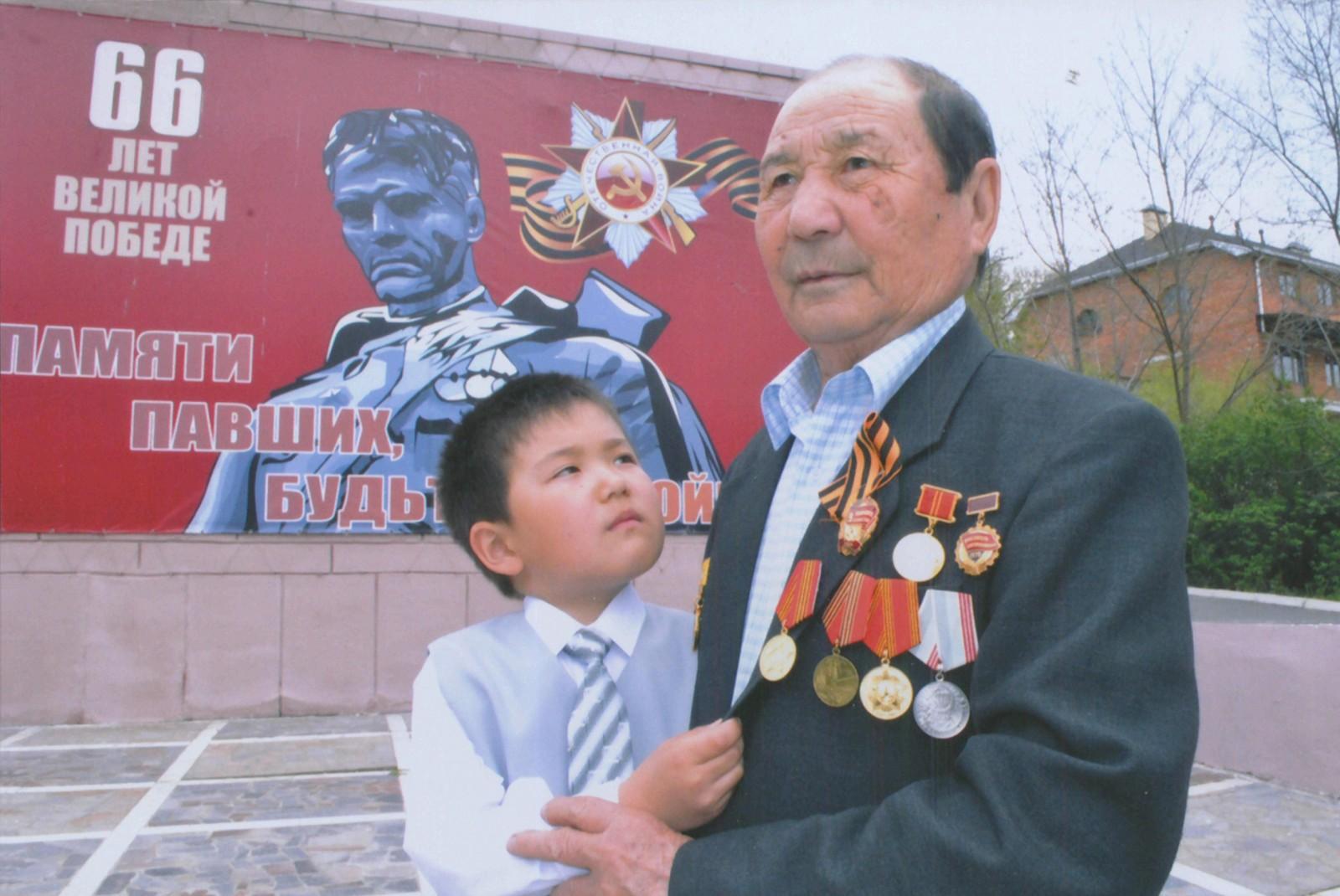 Сегодня свой 95 День Рождения отмечает ветеран Великой Отечественной войны Мугаш Сангаджиевич Араев