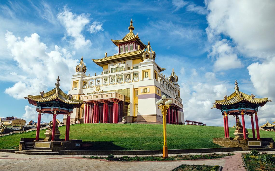Пятнадцать лет исполнилось главному буддийскому храму республики