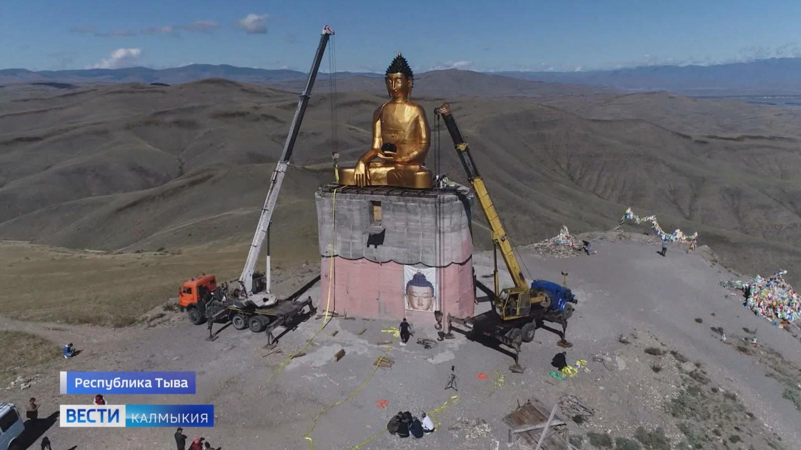 В Республике Тыва установили девятиметровую статую Будды Шакьямуни